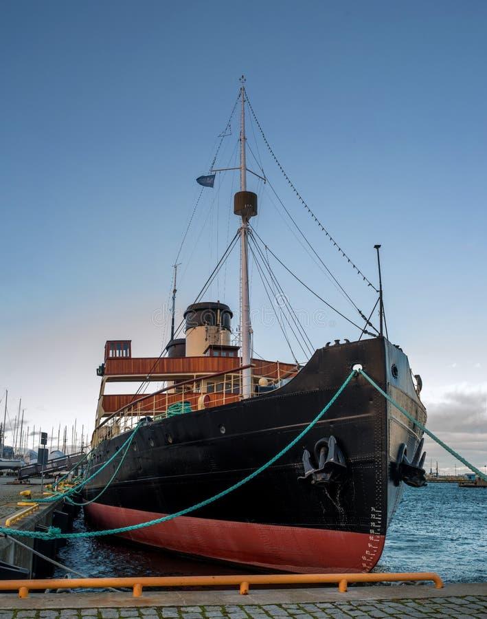 Tallinn, Estônia - 18 de novembro de 2018: Quebra-gelo do pedágio de Suur no cais O navio do quebra-gelo é parte do Tallinn fotografia de stock royalty free