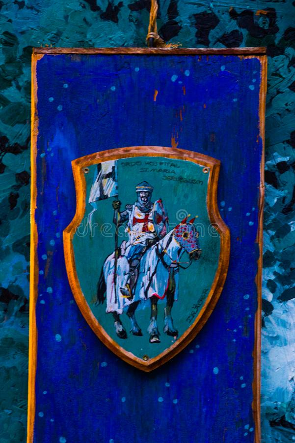 Tallinn, Estônia: Desenho bonito das cores Cavaleiro em um cavalo na armadura imagem de stock royalty free