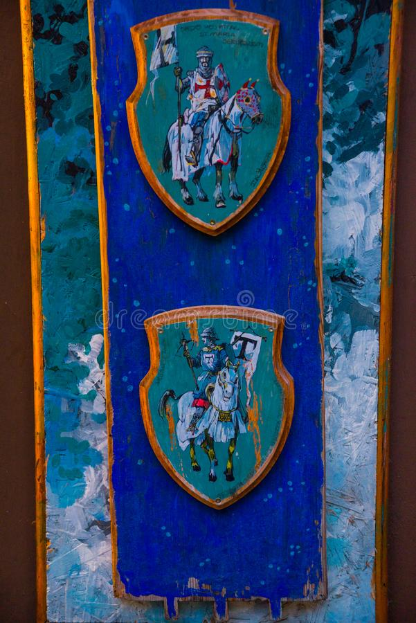 Tallinn, Estônia: Desenho bonito das cores Cavaleiro em um cavalo na armadura fotografia de stock