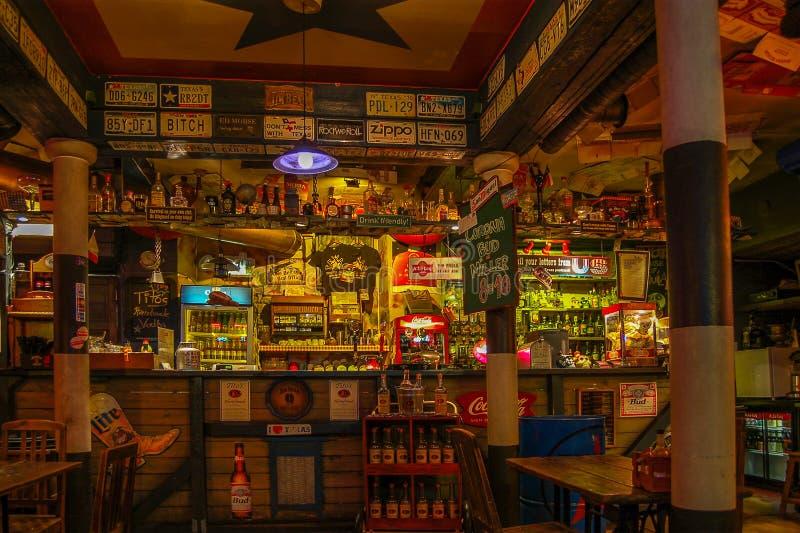 Tallinn, Estônia 02 pode 2017 Barra Texas Honky Tonk Cantina da noite, a vista na barra fotos de stock