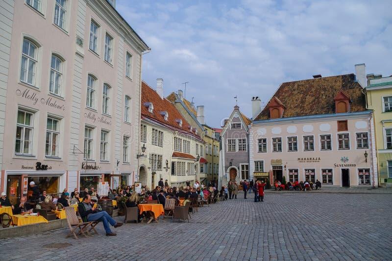 Tallinn, Estônia - 27 de março de 2010: Café do ar livre na cidade Hall Sq fotos de stock royalty free