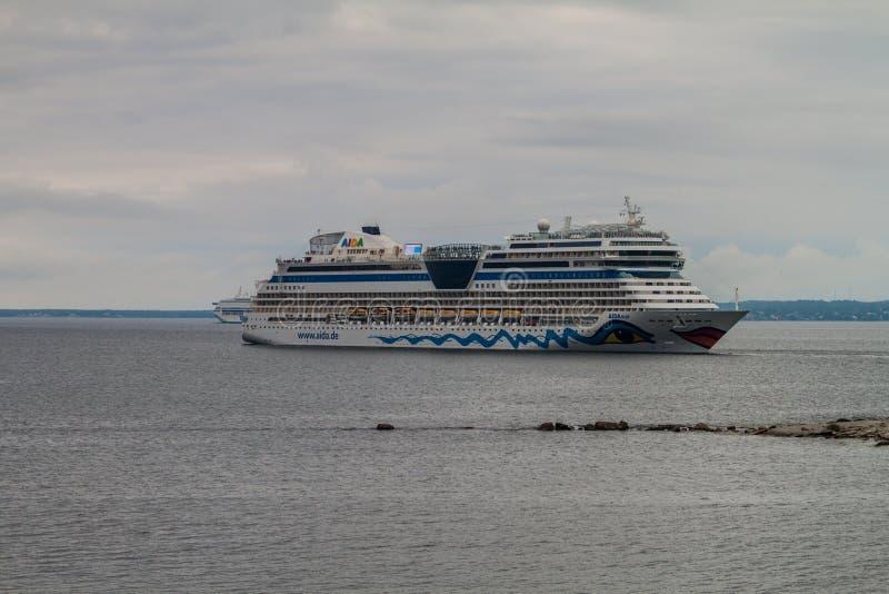 TALLINN ESTLAND - AUGUSTI 22, 2016: Aida Diva kryssningskepp i Tallinn, Eston royaltyfria bilder