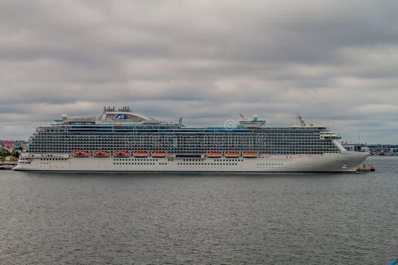TALLINN ESTLAND - AUGUSTI 24, 2016: För Kunglig person-grupp för ms Regal Princess skepp kryssning fungerings av prinsessan Cruis royaltyfri foto