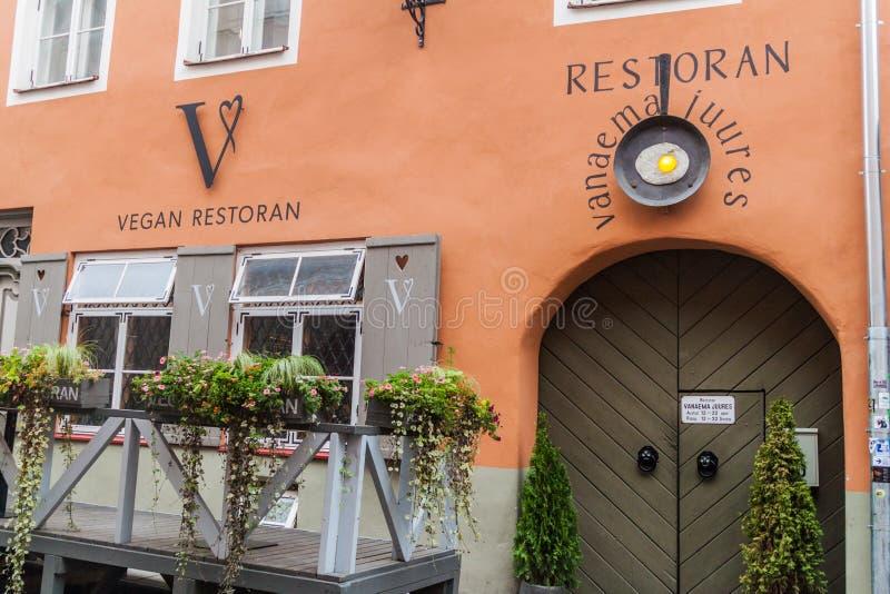 TALLINN ESTLAND - AUGUSTI 22, 2016: Restaurangen namngav Strikt vegetarian Restoran V i Tallinn, Eston royaltyfria bilder