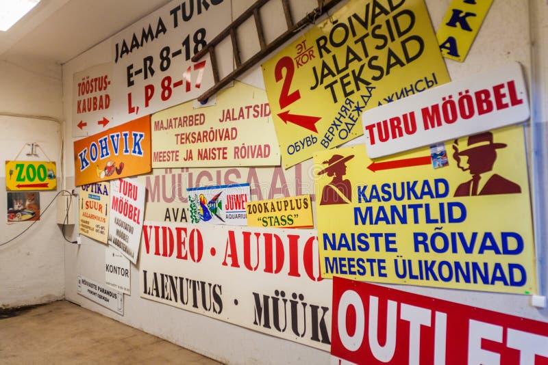 TALLINN, ESTLAND - AUGUSTUS 23, 2016: Diverse reclame op een muur in Tallinn, Eston stock afbeeldingen
