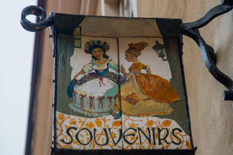 Tallinn Estland: Ett tecken utanför en souvenir shoppar fotografering för bildbyråer