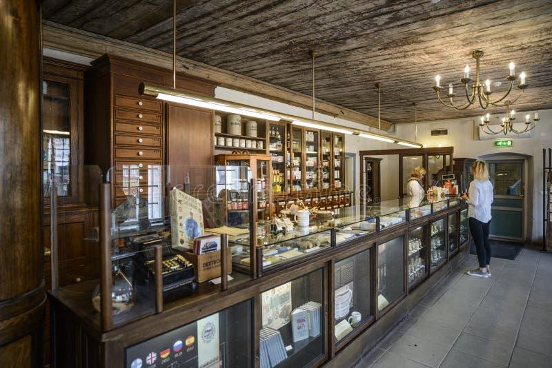 Tallinn, Estland, Europa, binnen de oudste apotheek in activa stock afbeeldingen