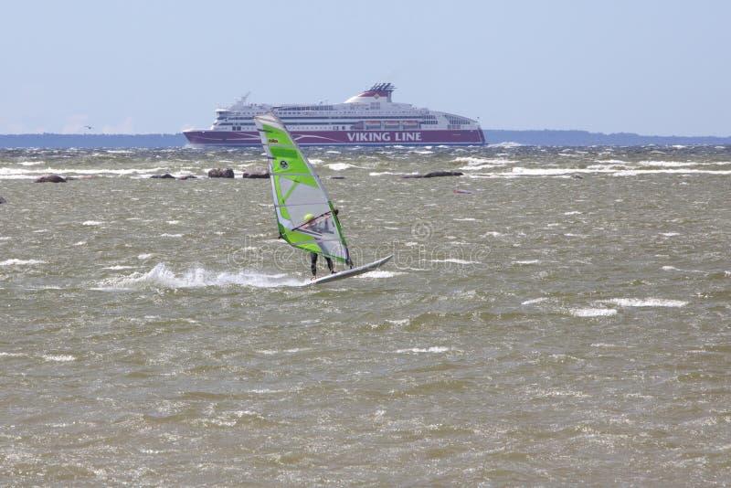 Tallinn Estland - JULI 10: Vind som surfar i Östersjön Tallinn, royaltyfria bilder