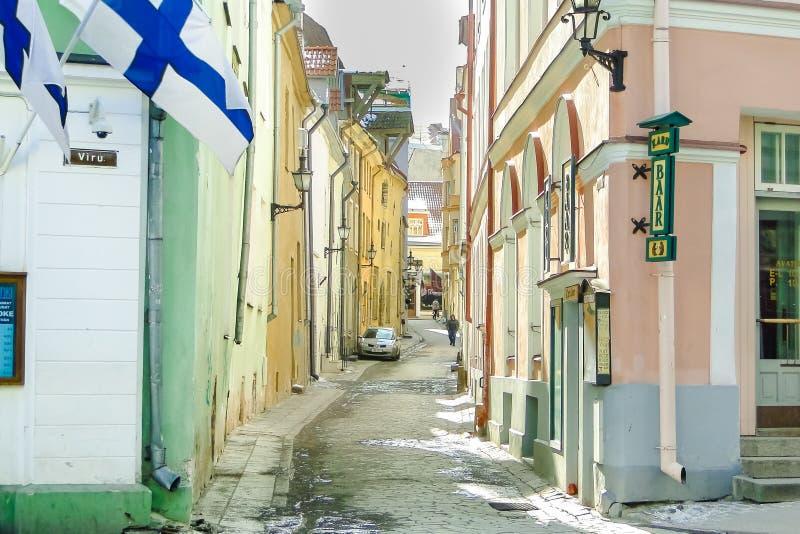 TALLINN, ESTLAND - 3. MÄRZ 2013 - Ansicht der Saunastraße und der Viru-Straße im Frühjahr Historische Mitte der Stadt lizenzfreies stockfoto