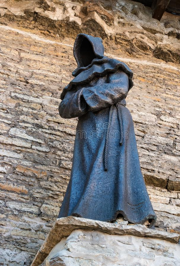 Tallinn, Estland - Mei 05, 2018: Monniksstandbeeld bij Deense Koning Garden, bij de Oude stad van Tallinn Het standbeeld wordt ge royalty-vrije stock afbeeldingen