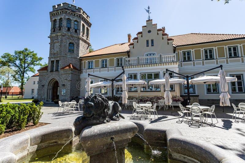 Tallinn, Estland op 16 Juni 2019 het Maarjamae-Paleis, in 1874 wordt gebouwd, wordt momenteel bezeten door het Estlandse geschied royalty-vrije stock afbeeldingen