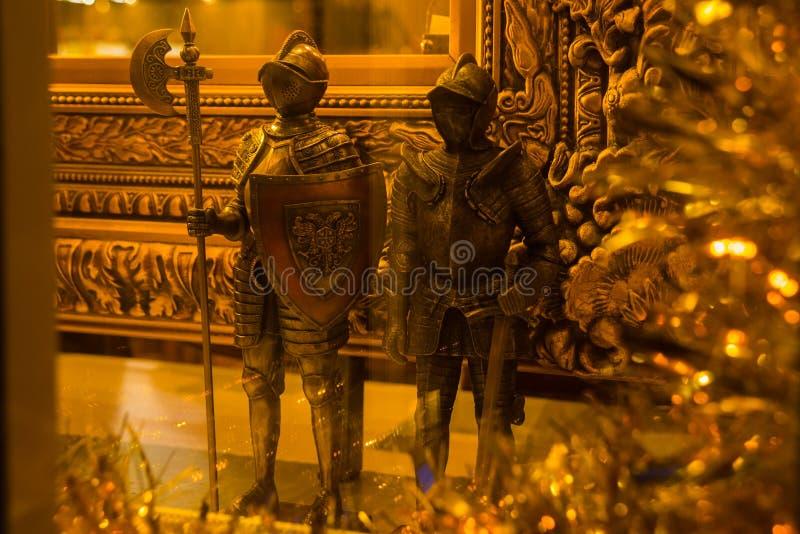 Tallinn Estland: Statyer av guld- medeltida riddare i souvenir shoppar royaltyfria bilder