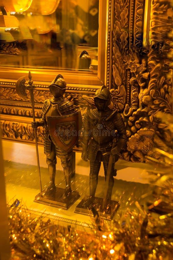 Tallinn Estland: Statyer av guld- medeltida riddare i souvenir shoppar royaltyfria foton