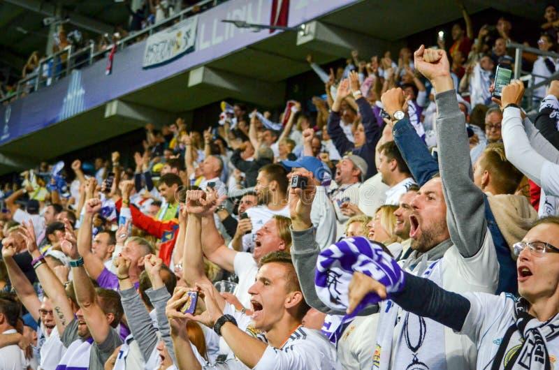 TALLINN, ESTONIA - 15 agosto 2018: Fan del Real Madrid nella s immagini stock