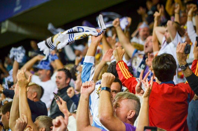 TALLINN, ESTONIA - 15 agosto 2018: Fan del Real Madrid nella s immagine stock