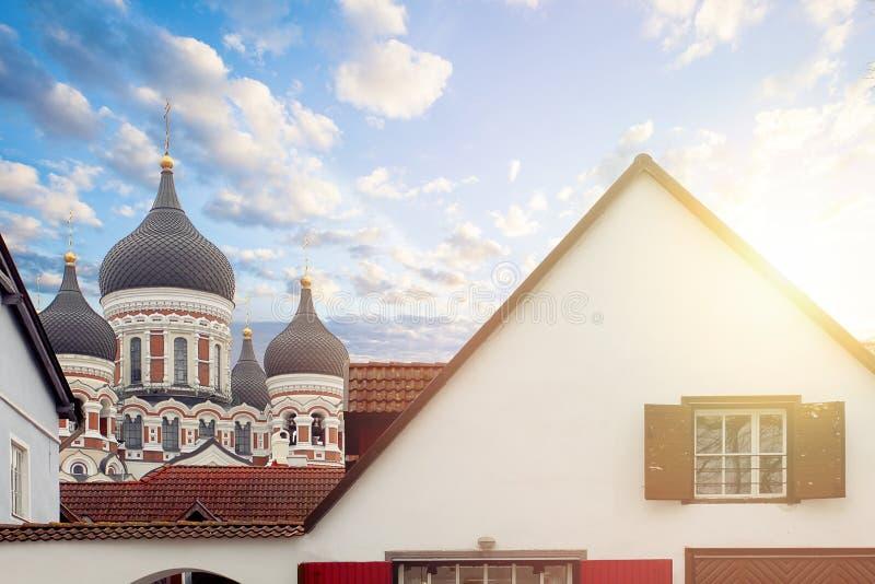Tallinn, Estonia, Alexander Nevsky Cathedral contro le nuvole del cielo immagini stock libere da diritti