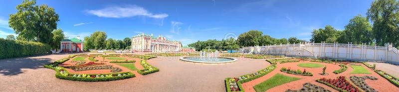 TALLINN, ESTONIA - 15 DE JULIO DE 2017: Castillo de Kadriorg de la visita de los turistas imagen de archivo libre de regalías