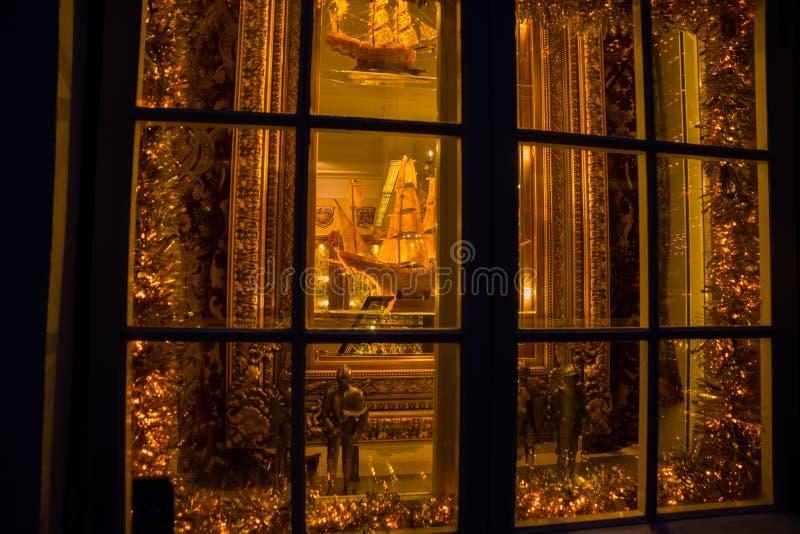 Tallinn, Estonia: Estatuas de los caballeros y de la nave medievales del oro con los palos en la tienda de souvenirs fotografía de archivo