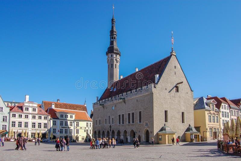 Tallinn, Estonia 02 może 2017 miasta gazonu kropidła kwadrata systemu podlewanie starego miasta Urząd Miasta obrazy stock