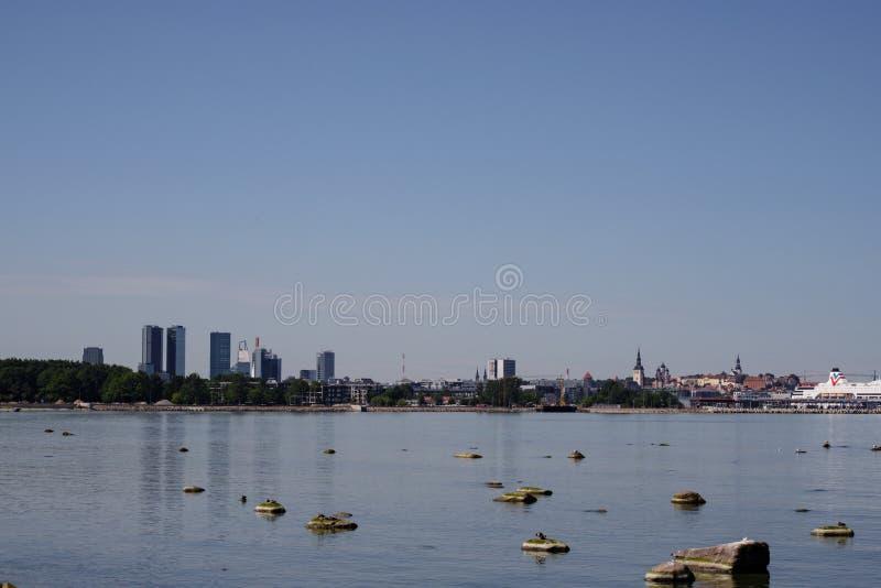 Tallinn, Estonia Orizzonte di Tallinn, chiaro cielo blu a Sunny Day Vista dal mare, il golfo di Finlandia fotografia stock