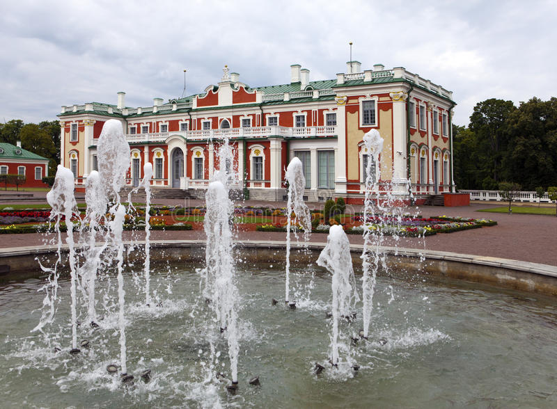 TALLINN, ESTONIA- SEPTEMBER 7, 2015: fountain before the palace Kadriorg at Kadriorg Park in Tallinn, Estonia royalty free stock photography