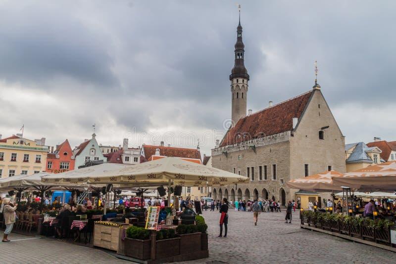 TALLINN ESTONIA, SIERPIEŃ, - 23, 2016: Widok urząd miasta kwadrat w Tallin obraz stock