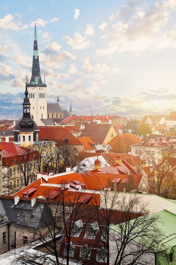 Tallinn, Estonie Horizon de paysage urbain avec les bâtiments historiques, la tuile rouge et l'église de St Olaf image stock