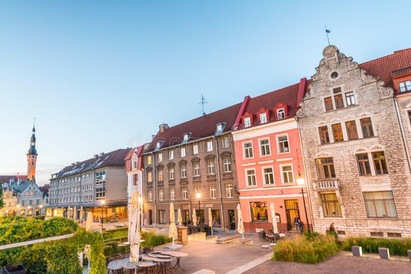 TALLINN, ESTONIE - 14 JUILLET 2017 : Rues de ville au coucher du soleil Tallin photographie stock