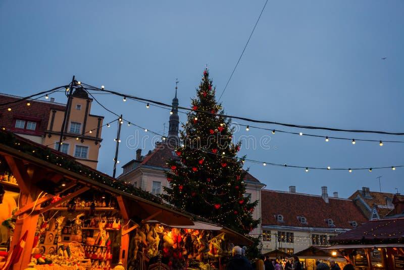 TALLINN, ESTONIE : Le marché traditionnel de nouvelle année de la place avec un arbre de Noël avec l'éclairage Vue de nuit des st images libres de droits