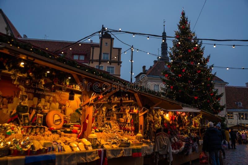 TALLINN, ESTONIE : Le marché traditionnel de nouvelle année de la place avec un arbre de Noël avec l'éclairage Vue de nuit des st photographie stock