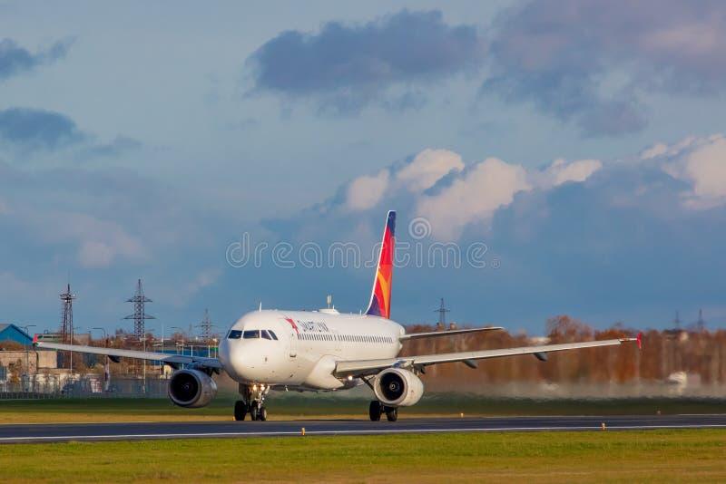 Tallinn, Estonie - 19 octobre 2019 : Airbus A320-232 Les compagnies ES-SAM SmartLynx Airlines décollent de l'aéroport de Tallinn photographie stock