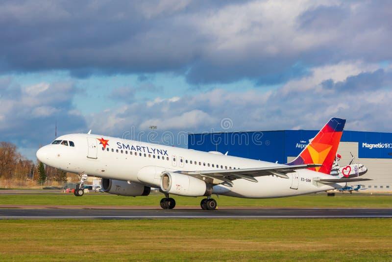 Tallinn, Estonie - 19 octobre 2019 : Airbus A320-232 Les compagnies ES-SAM SmartLynx Airlines décollent de l'aéroport de Tallinn image libre de droits