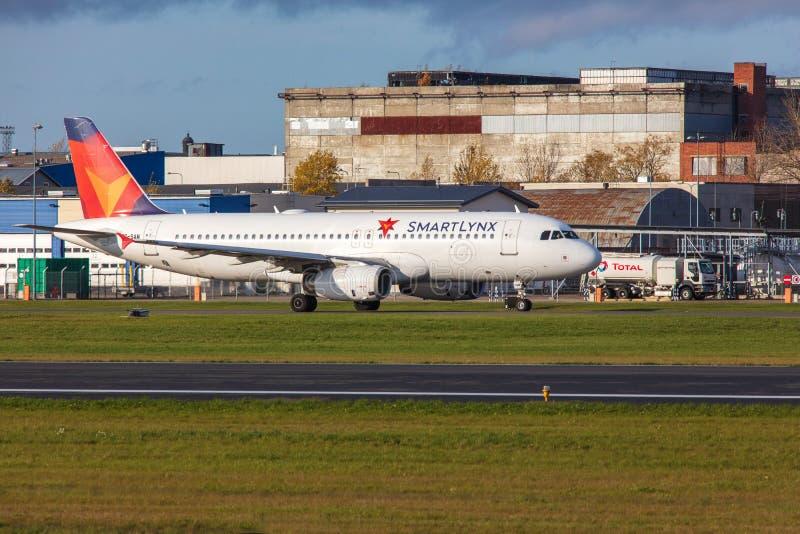 Tallinn, Estonie - 19 octobre 2019 : Airbus A320-232 Les compagnies ES-SAM SmartLynx Airlines décollent de l'aéroport de Tallinn image stock