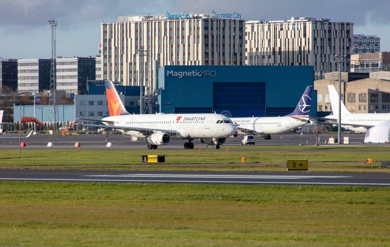 Tallinn, Estonie - 19 octobre 2019 : Airbus A320-232 Les compagnies ES-SAM SmartLynx Airlines décollent de l'aéroport de Tallinn photos libres de droits