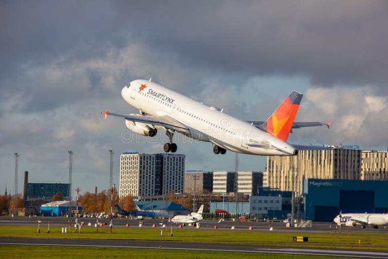 Tallinn, Estonie - 19 octobre 2019 : Airbus A320-232 Les compagnies ES-SAM SmartLynx Airlines décollent de l'aéroport de Tallinn images libres de droits