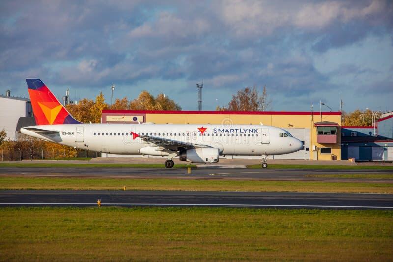 Tallinn, Estonie - 19 octobre 2019 : Airbus A320-232 Les compagnies ES-SAM SmartLynx Airlines décollent de l'aéroport de Tallinn photo stock