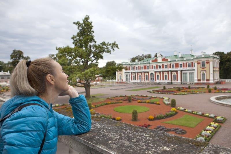 TALLINN, ESTONIE 7 SEPTEMBRE 2015 : la femme en parc de Kadriorg admire le palais images stock