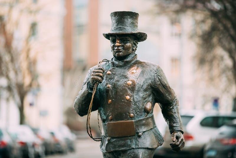 Tallinn, Estonie Statue en bronze de Lucky Happy Chimney Sweep With quelques pas en bronze derrière lui images libres de droits