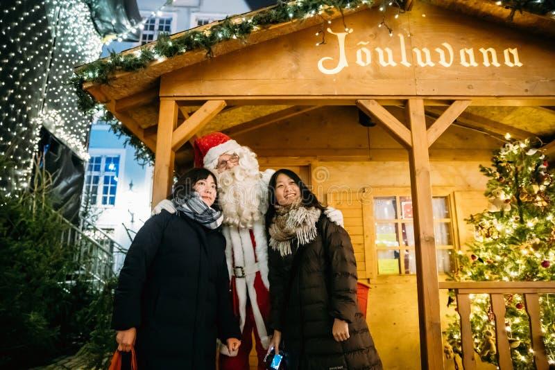 Tallinn, Estonie Touristes chinois photographiés avec Santa Claus images libres de droits