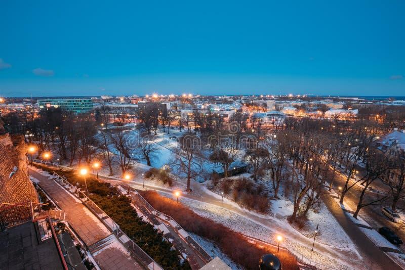 Tallinn, Estonie Vieux escalier et paysage urbain en pierre la nuit soirée d'hiver Vue de point de vue de Patkuli image stock
