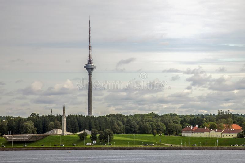 Tallinn Fernsehturm auf der Seeansicht stockfoto