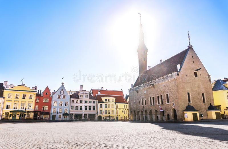 Tallinn gammal stadsikt i staden Hall Square Raekoja Plats arkivfoto