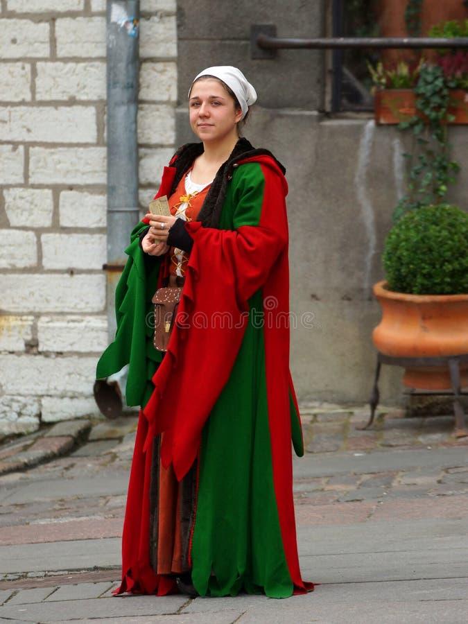 TALLINN 2 novembre. Fille dans la robe médiévale en ville Hall Square i images libres de droits