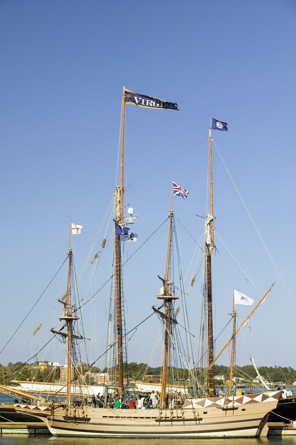 Tallship met Virginia en Britse vlaggen die in historische Yorktown, Koloniaal Nationaal Historisch Park, Yorktown, Virginia vlie royalty-vrije stock afbeelding