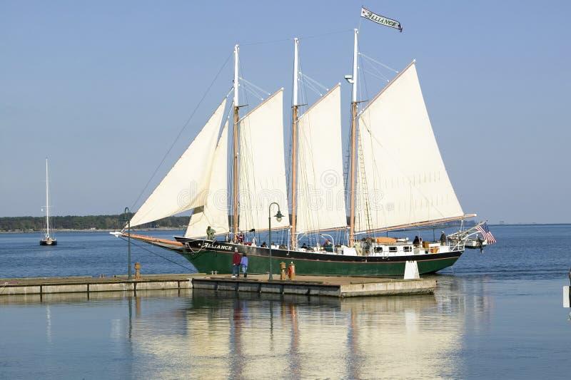 Tallship onder zeil in historische Yorktown, Koloniaal Nationaal Historisch Park, Yorktown, Virginia stock afbeeldingen