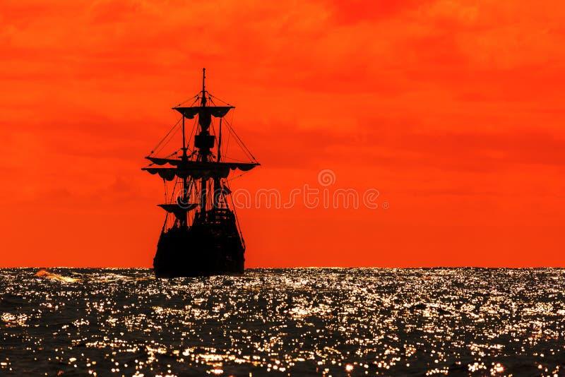Tallship rojo de la silueta de la puesta del sol fotos de archivo