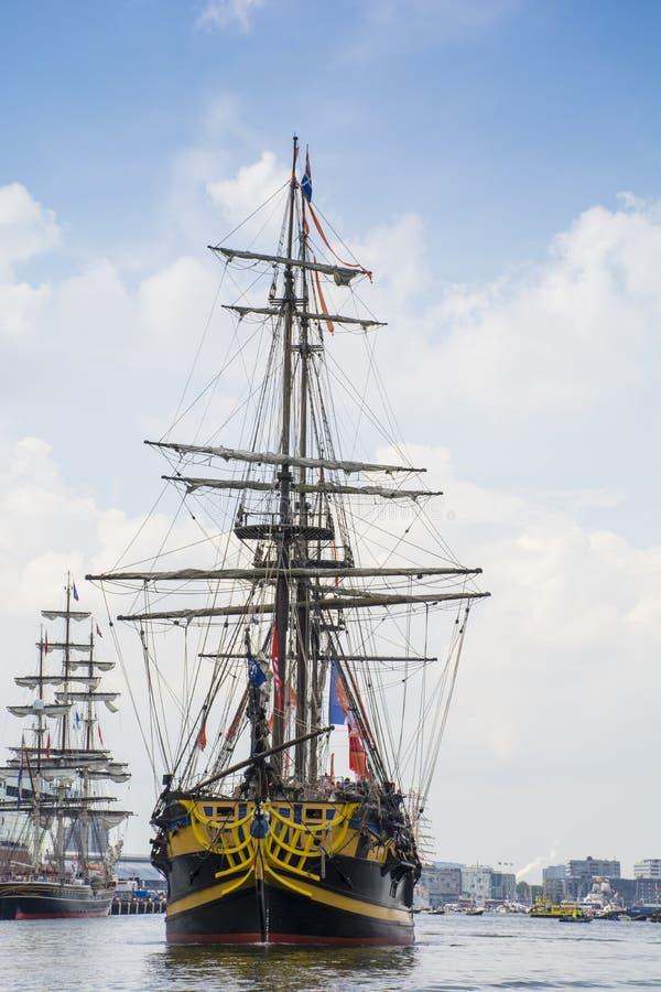 Tallship Roy żegluje przy 'het IJ' na jego sposobie brzeg (Francja) obraz stock