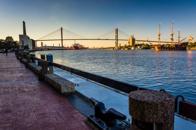 Talmadge Memorial Bridge över Savannah River i savannahen, Ge royaltyfri fotografi