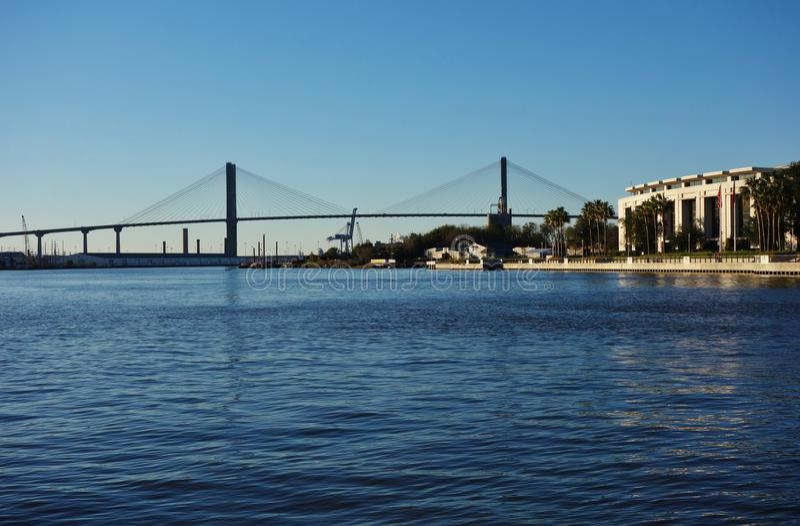 Talmadge Memorial Bridge au-dessus de Savannah River en Géorgie photographie stock