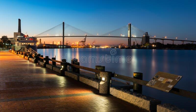 Talmadge Memorial Bridge dalla passeggiata del fiume in savana immagine stock libera da diritti